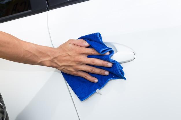 Bemannen sie reinigungsauto mit mikrofasertuch - autodetaillierungs- und valetingkonzepte