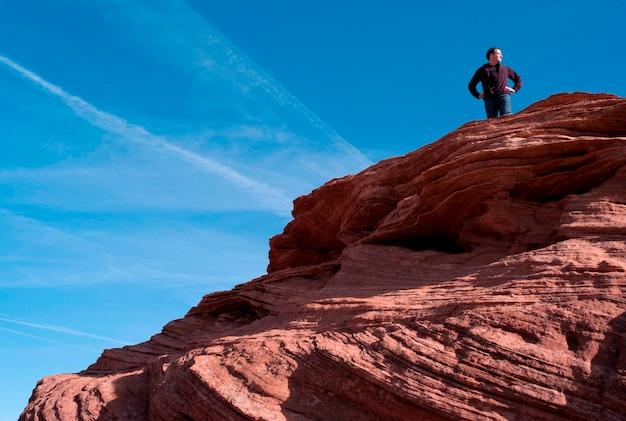 Bemannen sie stellung auf einem felsen, kehre, glen canyon national recreation-bereich, arizona-utah, usa