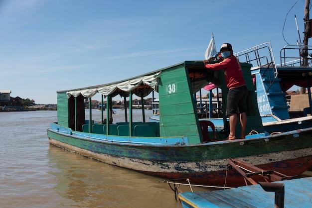 Bemannen sie stellung auf tourboat in tonle sap see, kampong phluk, siem reap, kambodscha