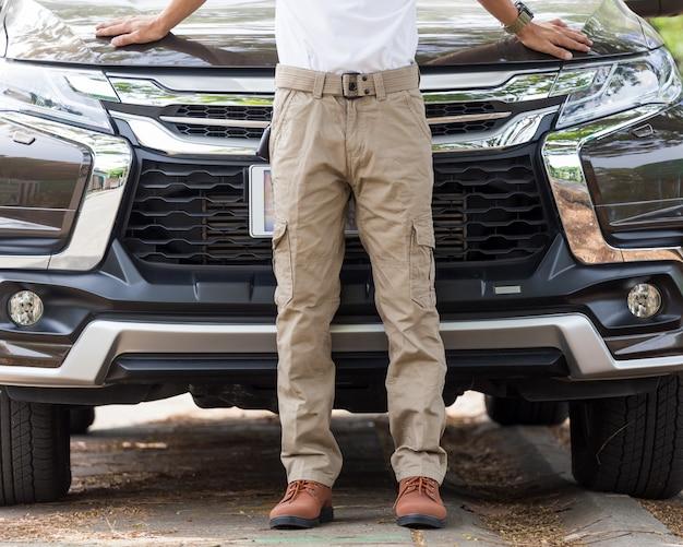 Bemannen sie tragende frachthosen mit suv autoparken im naturpark
