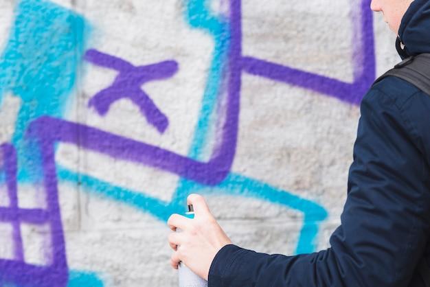 Bemannen sie zeichnungsgraffiti auf wand