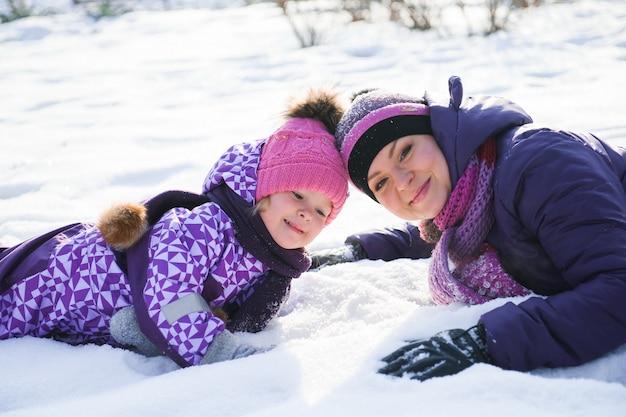 Bemuttern sie und ihre kleine tochter, die schönen wintertag genießt