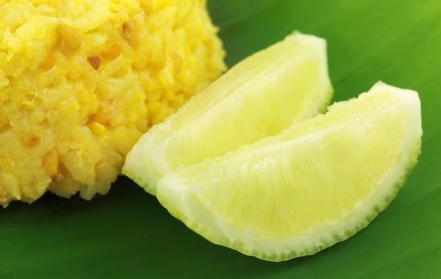 Bengalische küche mit reis und linsen namens khichuri