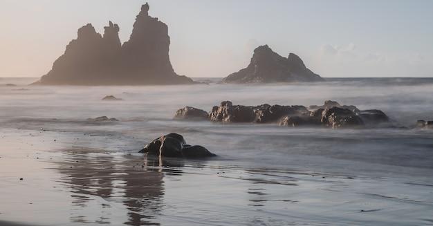 Benijo-strand mit sonnenunterganglicht, langzeitbelichtungsphotographie, anaga-naturpark, teneriffa, kanarische inseln, spanien