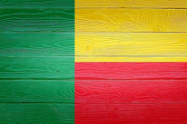 Benin-flagge gemalt auf altem holzplankenhintergrund