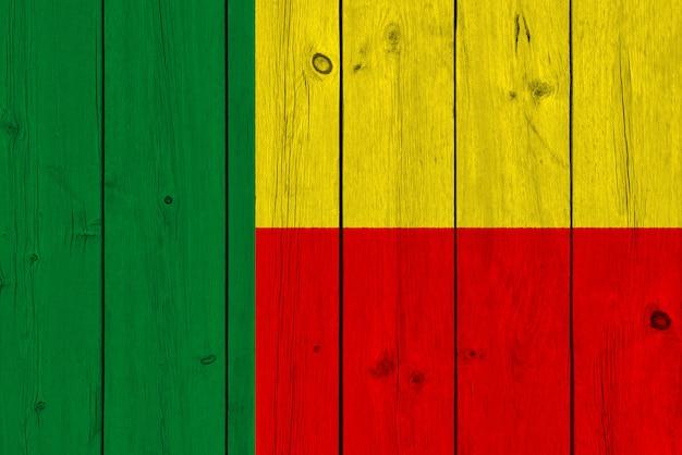 Benin-flagge gemalt auf alter hölzerner planke