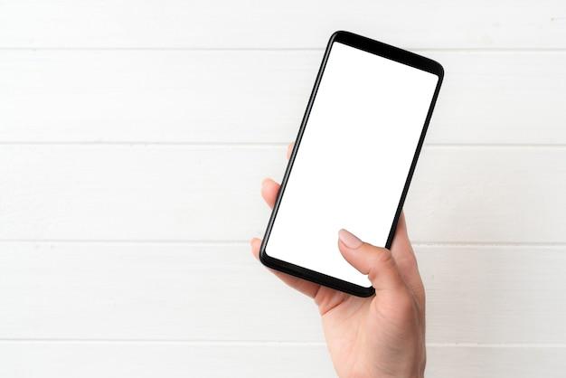 Benutzer, der smartphone mit weißem bildschirm hält