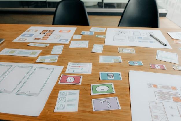 Benutzererfahrung ux-designer beim entwerfen des webs auf dem smartphone-layout.