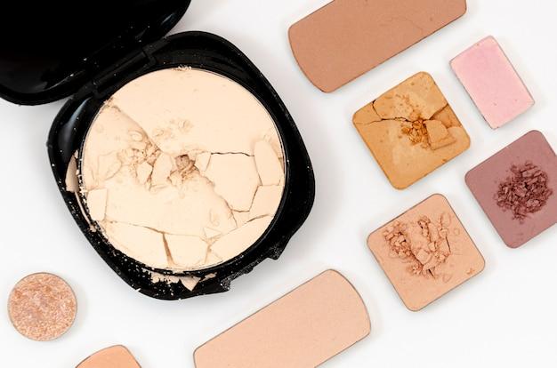 Benutzte kosmetik auf weißem hintergrund