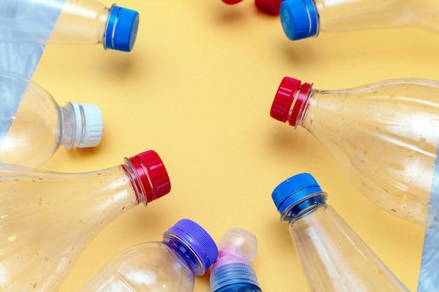Benutzter plastik, zerknitterte leere flaschen, pakete, verschmutzungsabfall bereiten eco konzept auf