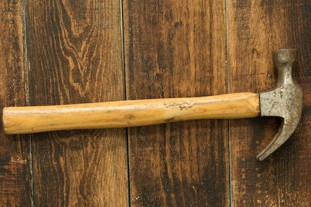 Benutzter und rostiger hammer
