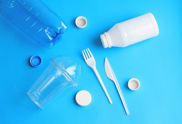 Benutztes plastikwegwerfgeschirr
