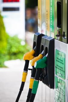 Benzinpumpen an der tankstelle