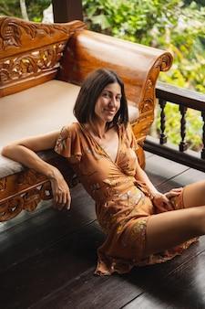 Beobachte dich. nette brünette weibliche person, die ein lächeln auf ihrem gesicht hält, während sie vor der kamera posiert