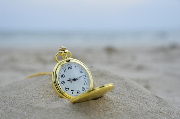 Beobachten sie die alte tasche am strand mit dem traditionellen konzept der wartezeit