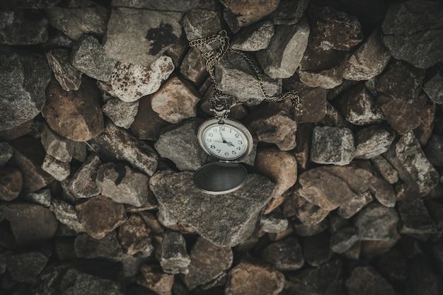 Beobachten sie, wie die steine die zeit reflektieren und reisen sie im vintage-stil.