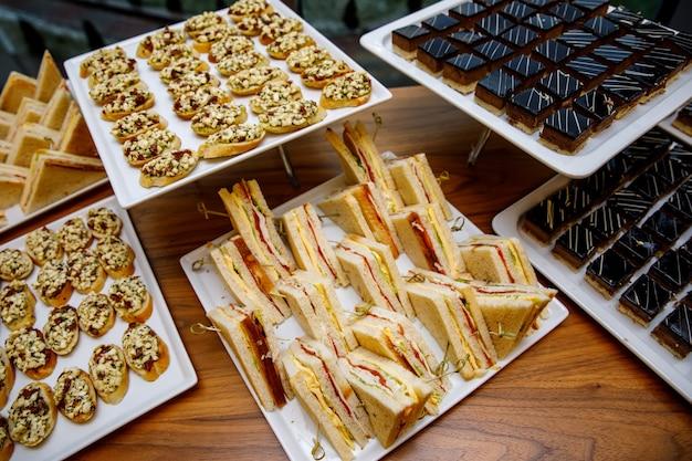 Bequeme dreieckige sandwiches auf dem banketttisch.