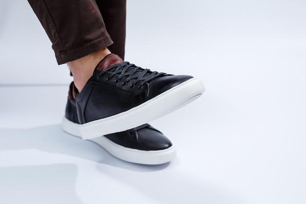 Bequeme herrenschuhe mit naturmaterial, herren-sneaker im kezhual-stil für den alltag aus naturleder. foto in hoher qualität