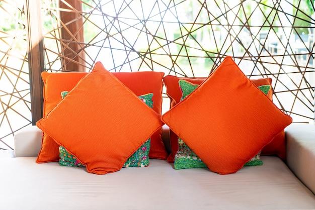 Bequeme kissen auf außenterrasse stuhl und tisch