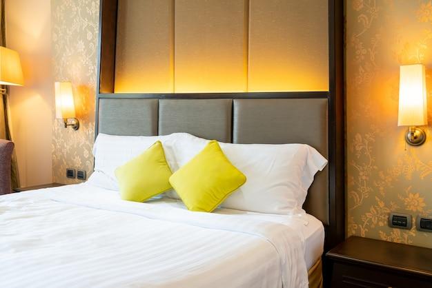 Bequeme kissendekoration auf dem bett im hotelzimmer