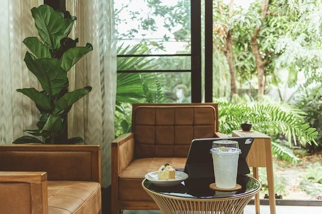 Bequeme sessel auf einer terrasse in der nähe des gartens