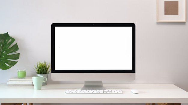 Bequemer arbeitsplatz mit computer mit leerem bildschirm.