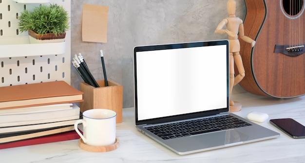 Bequemer arbeitsplatz mit offenem laptop des leeren bildschirms