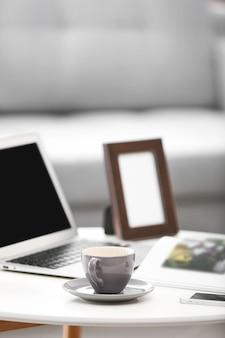 Bequemer arbeitsplatz zu hause mit laptop