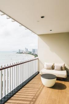 Bequemes kissen auf balkon der sofadekoration im freien