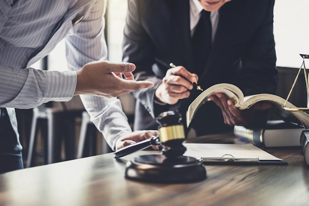 Beratung des geschäftsmannes und des männlichen rechtsanwaltes oder des richterberaters, die teambesprechung haben