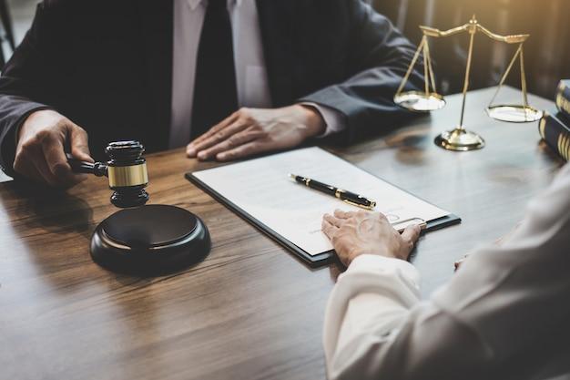 Beratung eines geschäftsführenden und männlichen rechtsanwalts oder richterberaters mit teambesprechung mit dem kunden