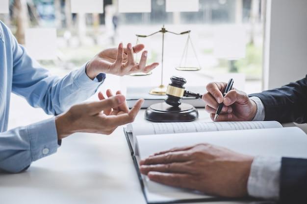 Beratung und konferenz der männlichen rechtsanwälte und der berufsgeschäftsfraufunktion und -diskussion, die an der anwaltskanzlei im büro haben. rechtsbegriffe, richterhammer mit waage der gerechtigkeit