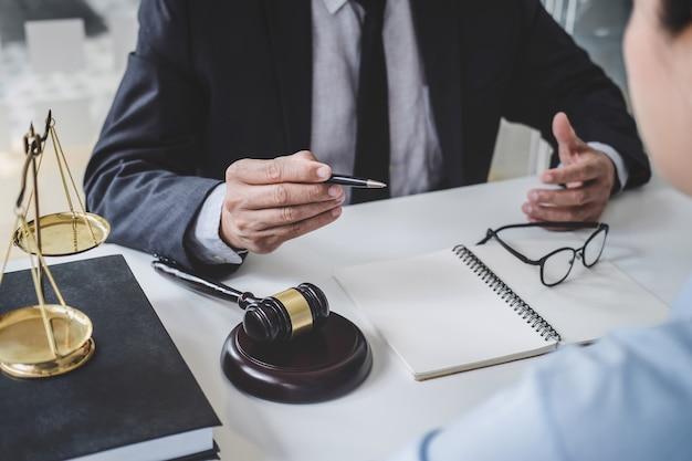 Beratung von männlichen anwälten und geschäftsfrau, die in einer anwaltskanzlei arbeiten und diskutieren