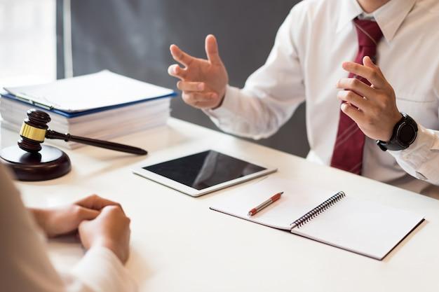 Beratung zwischen einem männlichen anwalt und einem geschäftskunden über gesetze und vorschriften.