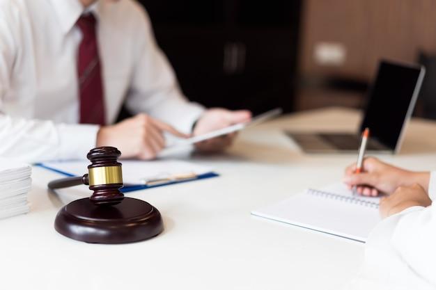 Beratung zwischen einem männlichen anwalt