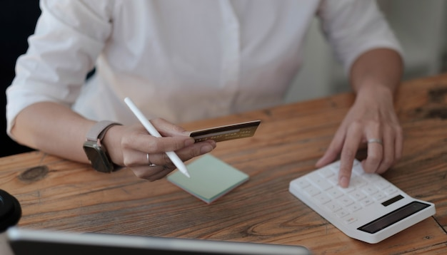 Berechnen sie, wie viel kosten oder ausgaben mit kreditkarten verbunden sind
