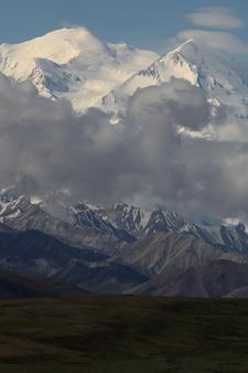 Bereich der schönen hohen felsigen berge, die mit schnee in alaska bedeckt werden