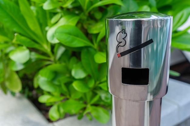 Bereich zum rauchen von zigaretten mit einem aschenbecher