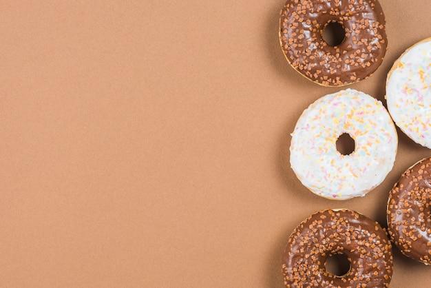 Bereifte donuts auf braunem hintergrund