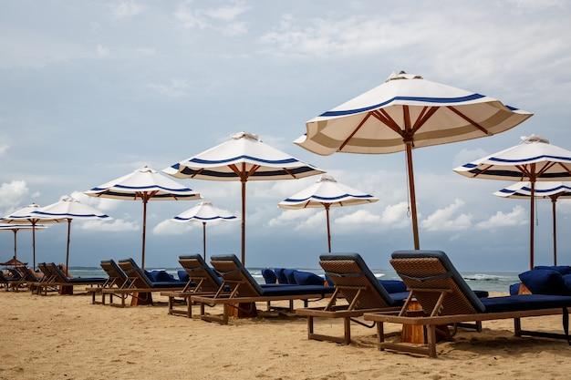Bereit für die ankunft der gäste sonnenliegen am strand.