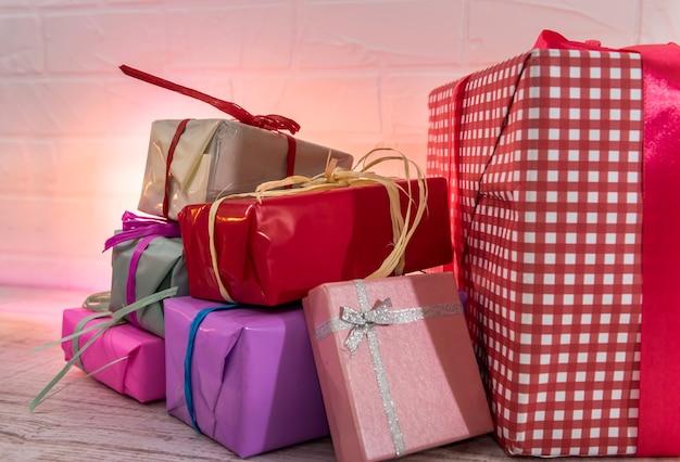 Bereit für weihnachten. bunte geschenke auf holztisch-draufsicht