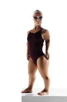 Bereit zum handeln. schöne zwergenfrau, die im schwimmen lokalisiert auf weiß übt