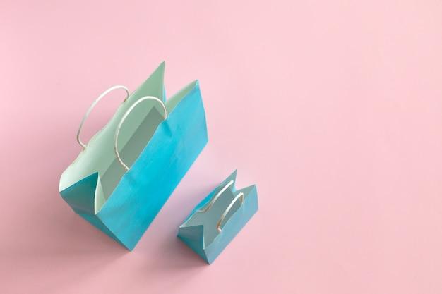Bereiten sie die papiertüte auf, die auf rosa modell für design lokalisiert wird