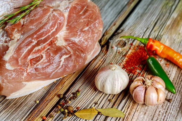 Bereiten sie die schweineschulter zum kochen mit gewürzen und chili vor