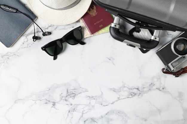 Bereiten sie kofferzubehör und reiseartikel vor