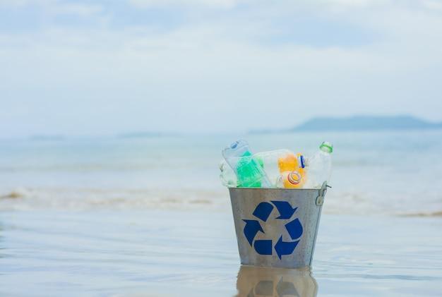 Bereiten sie, korb mit plastikflasche am strand auf