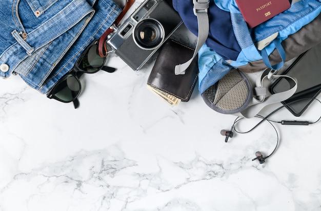 Bereiten sie rucksackzubehör und reiseartikel vor