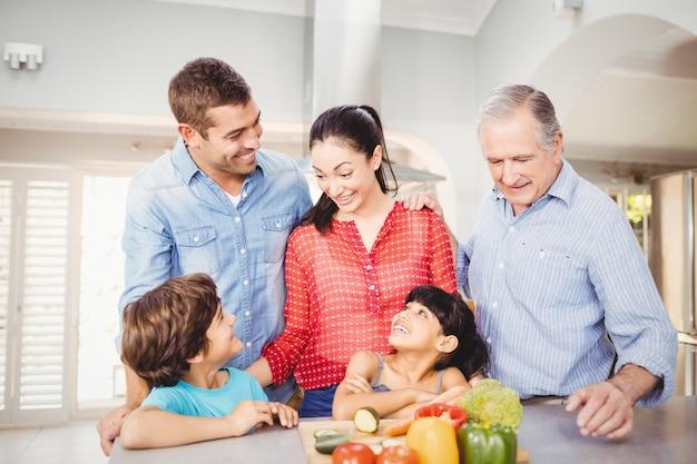 Bereitstehender küchentisch der netten familie
