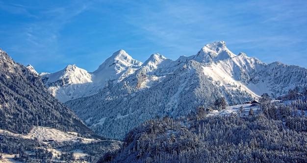 Berg bedeckt mit schnee unter blauem himmel