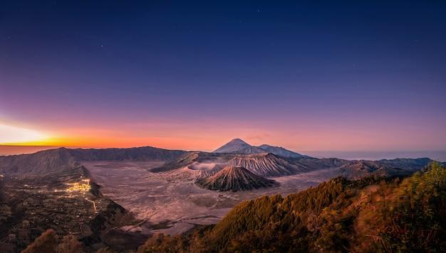 Berg bromo-vulkan bei sonnenaufgang mit buntem himmelhintergrund in bromo, osttimor, indonesien